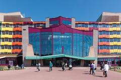 Frontview med folk som besöker det holländska Isala sjukhuset av Zwolle Royaltyfri Fotografi