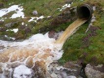 Förorenat vatten från en fabrik Royaltyfri Fotografi