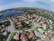 Förorts- hem i den Florida antennen Arkivfoto