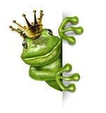 Frosch-Prinz mit der Goldkrone, die ein Zeichen anhält Lizenzfreie Stockfotos