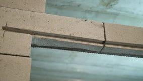 Froschperspektive des eben errichteten Einganges verstärkt mit Armaturnstahlstange stock video footage