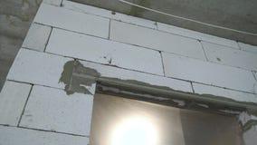 Froschperspektive des frisch gelegten Einganges verstärkt mit Armaturnstahlstange stock video footage