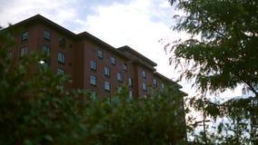 Froschperspektive des Hotelgebäudes des roten Backsteins stock video