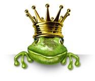 Froschprinz mit der Goldkrone, die ein unbelegtes Zeichen anhält Lizenzfreies Stockbild