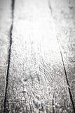 Frost на старой деревянной поверхности Роса и замерзать утра зимы поле глубины отмелое Селективный фокус тонизировано стоковое изображение rf