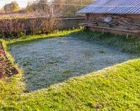 Frost на траве после первого заморозка ночи Стоковая Фотография RF
