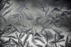 Frost cobriu a janela em um dia de inverno frio imagens de stock
