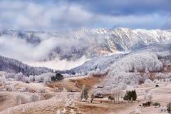 Frost-Land im Karpatengebirgs- und Siebenbürgen-Dorf lizenzfreies stockfoto