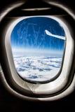 Frost na janela de vidro do avião foto de stock