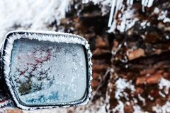 Frost sur le miroir de voiture en hiver Photo stock