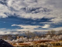 Frost sur le paysage de désert avec des nuages Image libre de droits