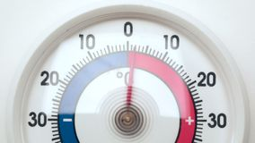 Frost-Thermometer zeigt zunehmende Temperatur von der Kälte, um sich zu wärmen stock video footage