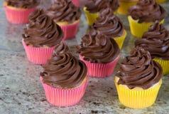 frostade chokladmuffiner Fotografering för Bildbyråer