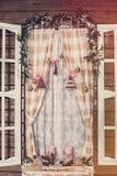 Frostat fönster med julgarneringen Arkivfoto