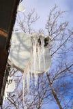 Frostbitten satellietschotel met ijskegels die op het hangen royalty-vrije stock afbeelding