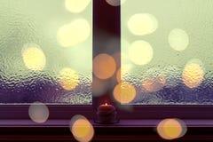Frosted okno w ciemnym wieczór świetle fotografia stock