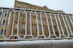 Frosten på stängerna av staketet Royaltyfri Fotografi