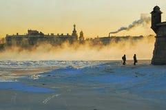 Frostig dimma på floden Neva i St Petersburg royaltyfria bilder