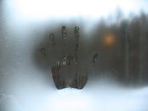 Frostig modell på vinterfönster Arkivbild
