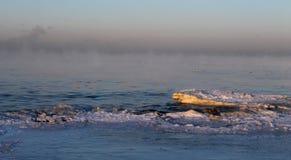 Frostig morgon n?ra det baltiska havet arkivfoton