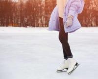 frostig morgonvinter En flicka är att åka skridskor som poserar Del av kroppen Royaltyfri Foto