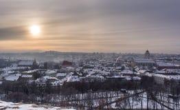 Frostig sol över den snöig Vilniusen royaltyfria bilder