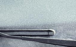 Frostig vindruta och torkare Arkivfoto