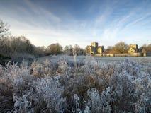 Frostig vintersoluppgång med en rimfrostsikt av St-korssjukhuset, Winchester, Hampshire, UK royaltyfria bilder