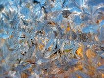 Frostiga modeller på lägenhetfönstret Naturattraktioner På natten fanns det en sträng frost, fönstret täcktes med modeller arkivfoto