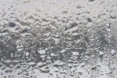 Frostiga naturliga mönstrar på vinterfönster Arkivfoton