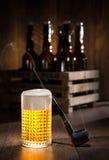 Frostigt exponeringsglas av öl med iskuber royaltyfri fotografi