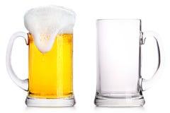 Frostigt exponeringsglas av ljust öl och tömmer en royaltyfri foto