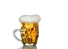 Frostigt exponeringsglas av uppsättningen för ljust öl som isoleras på en vit bakgrund fotografering för bildbyråer