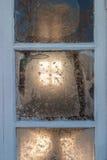 Frostigt fönster på en stuga royaltyfri foto