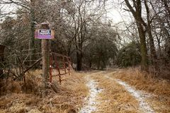 Frostigt lantgårdspår med det privata varningsmeddelandet - royaltyfria bilder