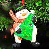 Frostigt snögubben - julgrangarnering Royaltyfri Foto
