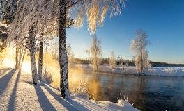 Frostigt vintermorgonlandskap med mist- och skogfloden, Ryssland, Ural fotografering för bildbyråer