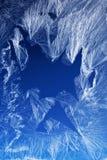 Frostmuster auf einem Fensterglas Stockbild