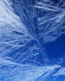Frostmuster auf einem Fensterglas Stockfotos