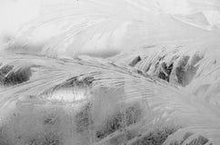 Frostwork på ett fönsterexponeringsglas Arkivfoto