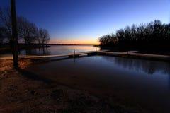 Frosty Early-Morgensonnenaufgang an den Bootsdocks lizenzfreies stockbild