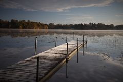 Frosty Fall Morning Pier arkivfoto