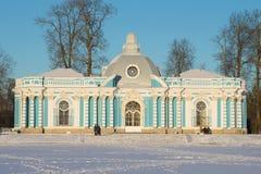 Frosty February-Abend am Pavillon ` Grotte ` Catherine Park von Tsarskoye Selo Lizenzfreies Stockbild