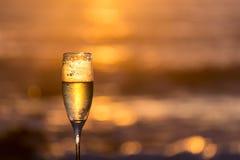 Frosty Glass von Champagne mit Hintergrundbeleuchtung lizenzfreie stockbilder