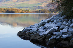 Frosty Rocks in Bassenthwaite Stock Afbeeldingen