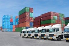 Frota de caminhão nova no depósito do recipiente quanto para à logística, transporte imagens de stock royalty free
