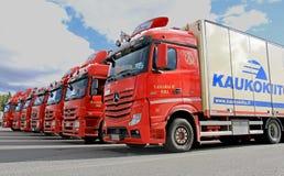 Frota de caminhões de transporte longos vermelhos Fotos de Stock Royalty Free