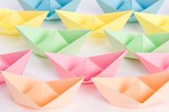 Frota dos navios do papel do origâmi que passam perto Imagens de Stock