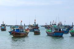 Frota pesqueira ancorada na frente da vila em Vietname central. Imagens de Stock Royalty Free