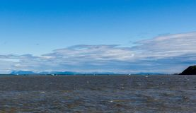 A frota Salmon e as propostas da rede de emalhar ancoradas em Bristol Bay fora de Clarks apontam em um dia ventoso fotografia de stock royalty free
